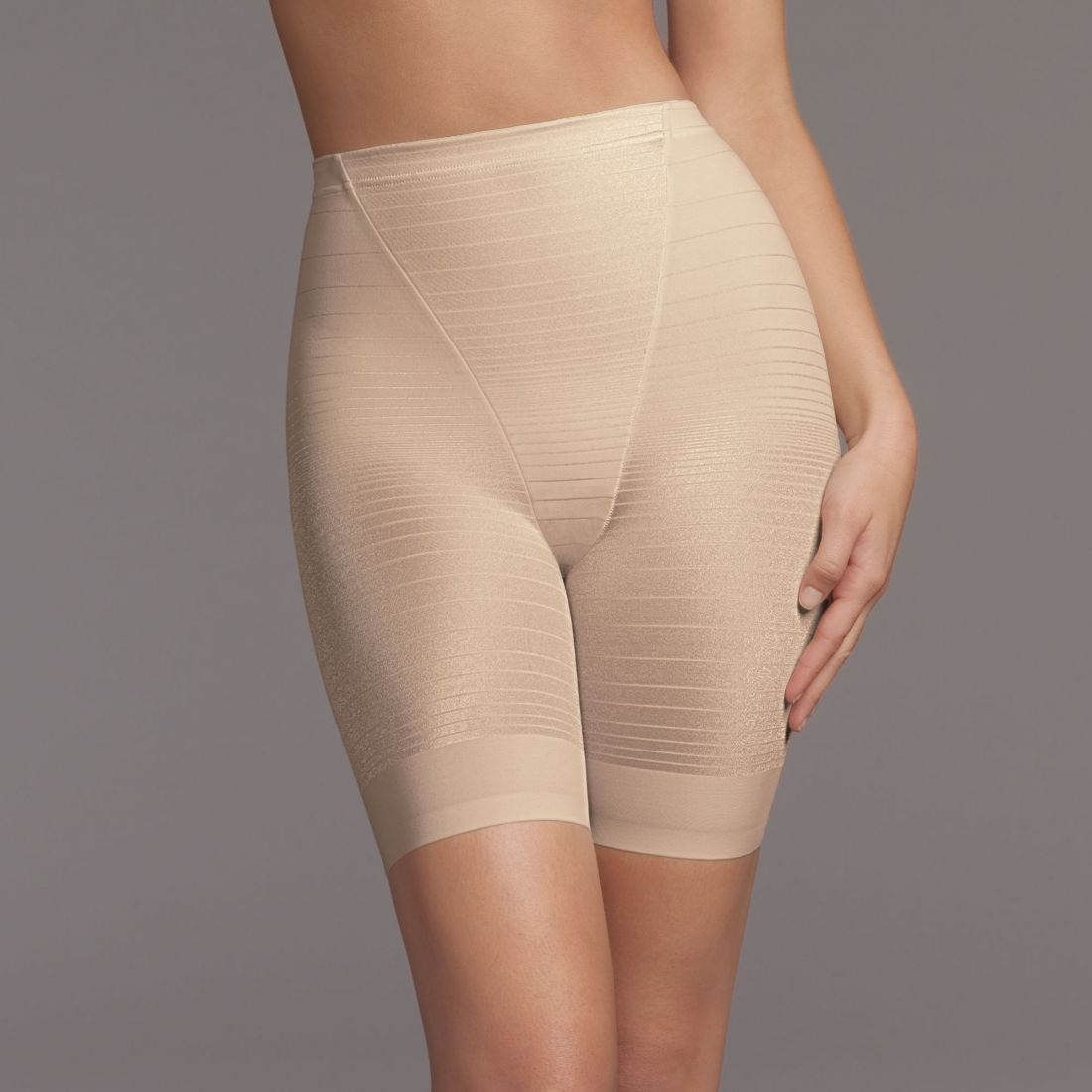 Под юбкой у женщины панталоны